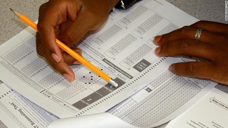 Thí sinh làm bài thi SAT. Ảnh:Greg Kilday/ CNN.