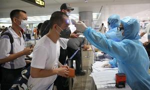 Hành khách khai báo y tế ở Tân Sơn Nhất