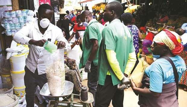 Một người bán hàng đeo khẩu trang tại chợKimironko, thủ đôKigali, Rwanda hôm 17/3. Ảnh: Reuters
