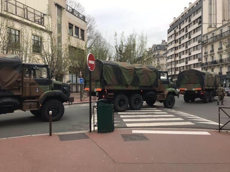 Xe quân độiđã có mặt trênđường phố tại Paris, Pháp.Ảnh: Diệu Linh