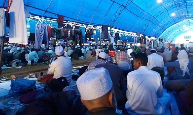 Người hành hương tập trung trong lều ở Indonesia ngày 18/3. Ảnh: Facebook/Aalmi Tablighi Shura Elders.