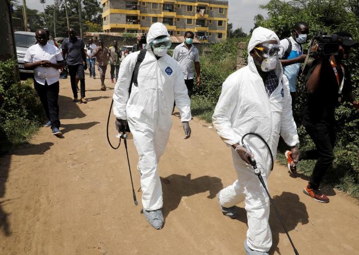 Nhân viên y tế khử trùng khu dân cư nơi người nhiễm nCoV đầu tiên của Kenyasinh sống, tại thị trấnRongai gần thủ đô Nairobi, hôm 14/3. Ảnh: Reuters