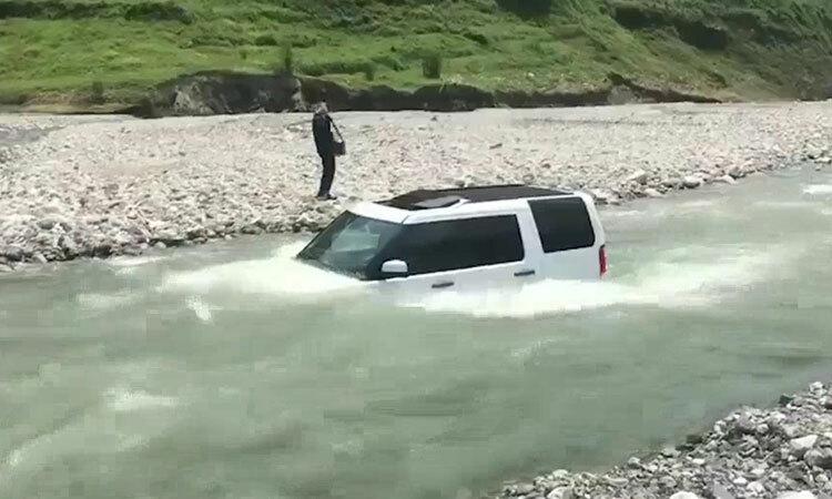 Người đàn ông Trung Quốc lao ôtô tiền tỷ xuống sông để rửa