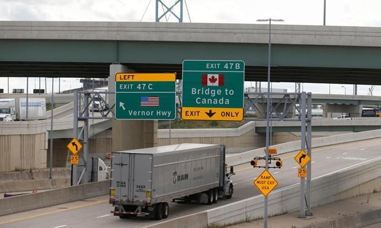 Xe tải tạiDetroit, Mỹ lên cầu để sang Canada tháng 10/2018. Ảnh: Reuters.