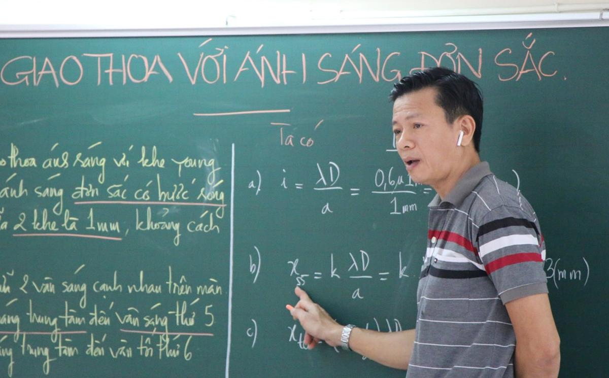 Giáo viên trường THPT Nguyễn Du (TP HCM) thực hiện bài giảng Vật lý để phát trên các phương tiện truyền thông của trường hôm 17/3. Ảnh:Huỳnh Phú.