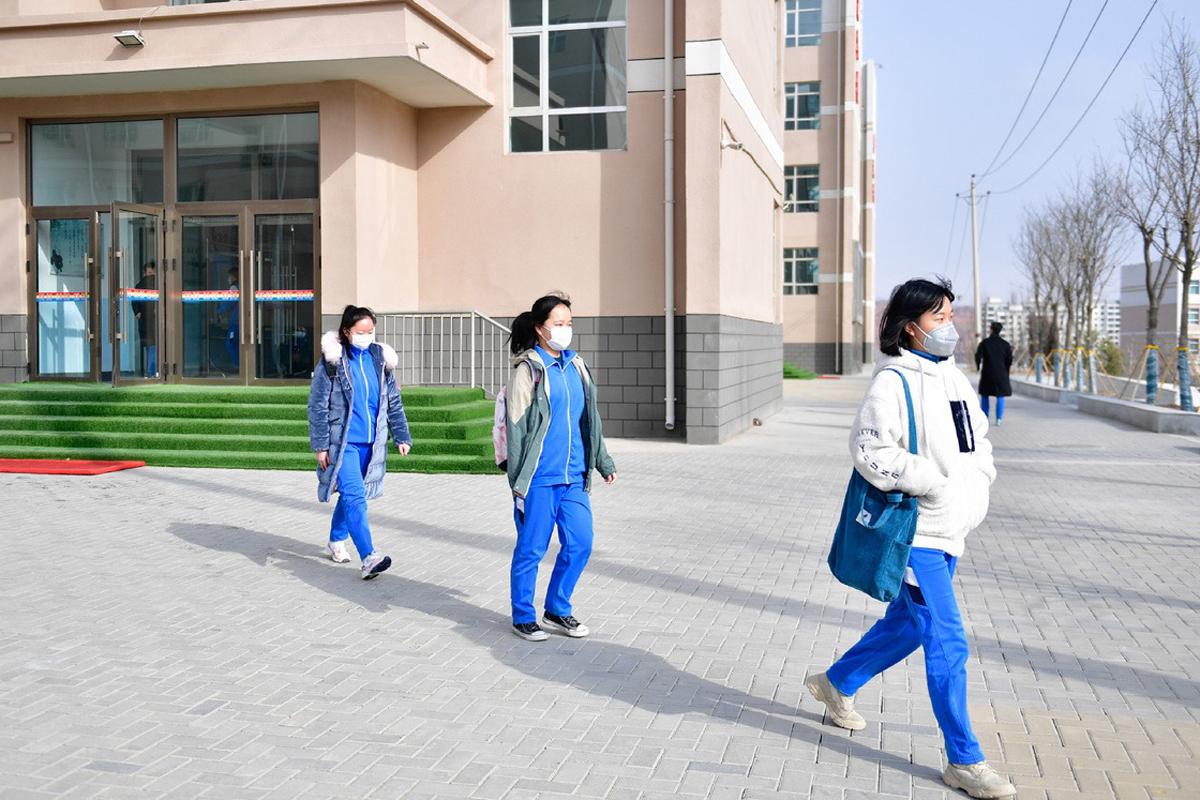 Học sinh trường trung học số 2, thành phố Hải Đông, tỉnh Thanh Hải, Trung Quốc đi học trở lại ngày 9/3. Ảnh: Xinhua.