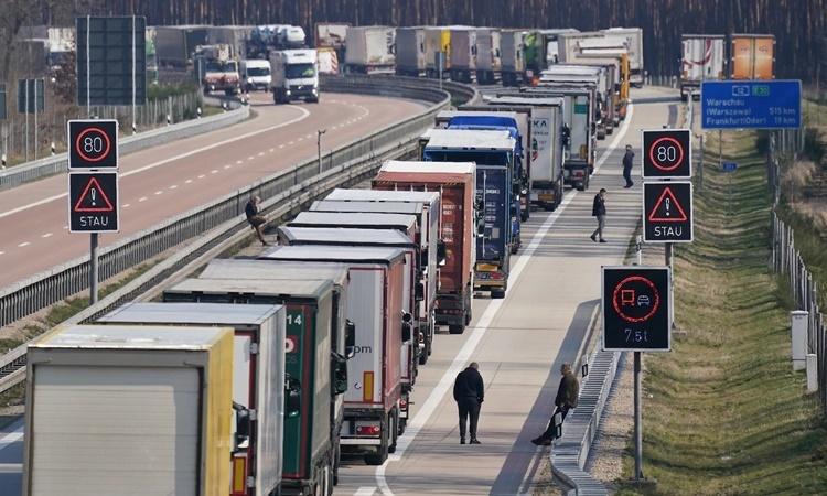 Xe tải từ Đức vào Ba Lan xếp hàng tại biên giới ngày 17/3. Ảnh: AFP.