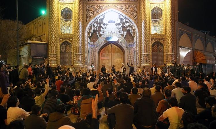 Người Iran tập trung cầu nguyện trước cửa đền Fatima Masumeh ở thành phố Qom hôm 16/2. Ảnh: AFP.