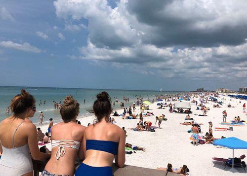 Các bãi biển vẫn đông du khách.