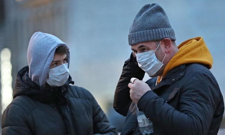 Người dân tại London ngày 29/2. Ảnh: Reuters.