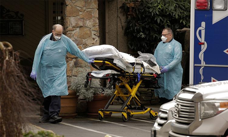 Nhân viên y tế chuẩn bị đưa bệnh nhân ra khỏi viện dưỡng lão Life Care ở Kirkland, một ổ dịch Covid-19 ở bang Washington, ngày 6/3. Ảnh: Reuters.