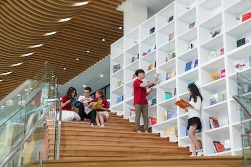 Ngay năm đầu, sinh viên VinUni sẽ làm quen với cách giảng dạy giúp phát triển khả năng chủ động tìm kiếm kiến thức, tư duy phản biện và học sâu.