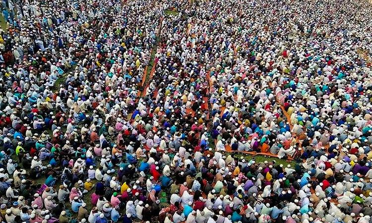 Tín đồ tập trung cầu nguyện tại Raipur hôm 18/3. Ảnh: AFP.