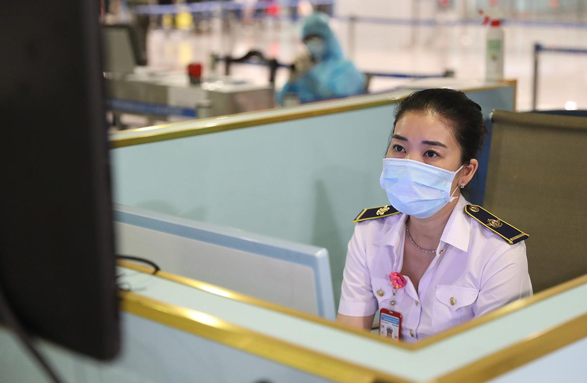 Chị Huỳnh Thị Mỹ Ngọc tại khu vực đo thân nhiệt từ xa với tất cả hành khách khi nhập cảnh. Ảnh: Hữu Công.