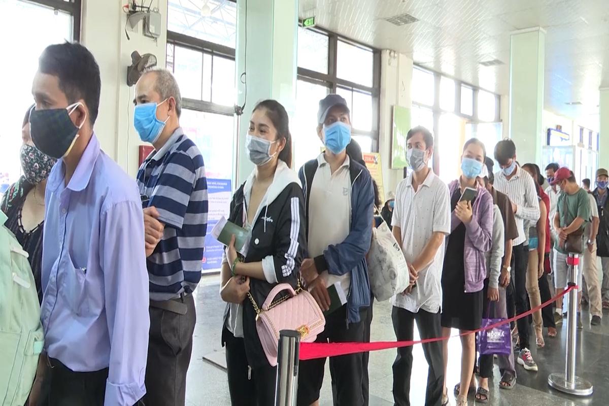 Người dân làm thủ tục nhập cảnh, chờ cách ly tập trung tại Cửa khẩu quốc tế Lao Bảo. Ảnh: Hoàng Táo