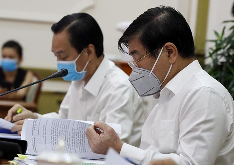 Chủ tịch UBND TP HCM Nguyễn Thành Phong (phải) phát biểu tại cuộc họp. Ảnh: TTBC