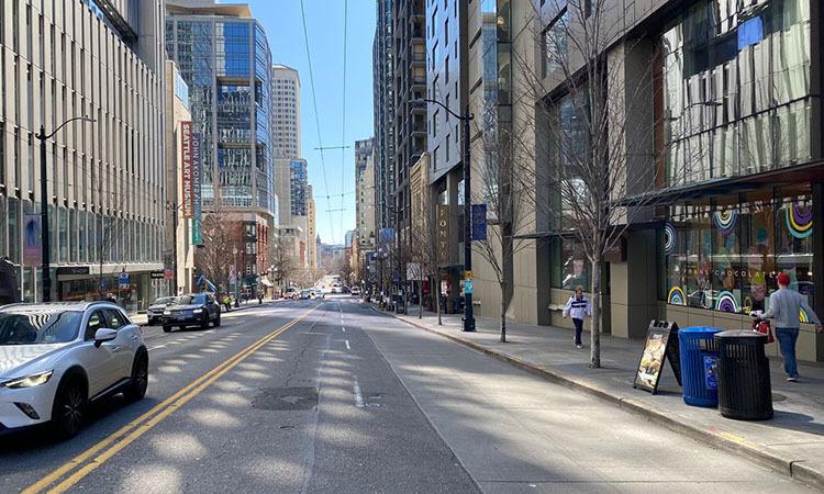 Đường phố vắng vẻ tại trung tâm thành phố Seattle, bang Washington, Mỹ hôm 16/2. Ảnh: WSJ.