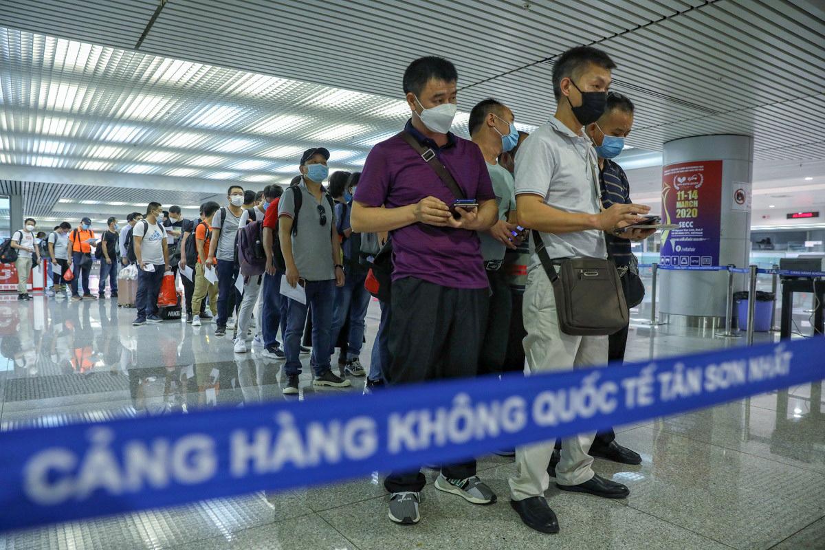 Hiện mỗi ngày có khoảng 1.700 người nhập cảnh qua cửa khẩu Tân Sơn Nhất, nhân viên Trung tâm kiểm dịch phải làm việc 24/24. Ảnh: Hữu Khoa