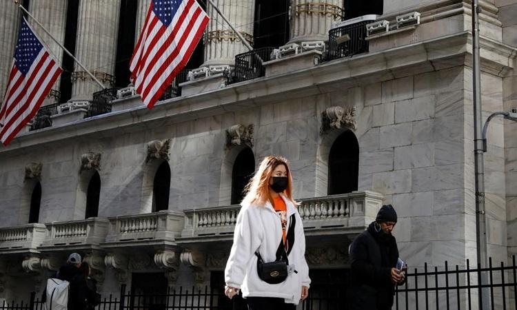 Một phụ nữ đeo khẩu trang phòng dịch trên đường phố New York, Mỹ hôm 4/3. Ảnh: Reuters.