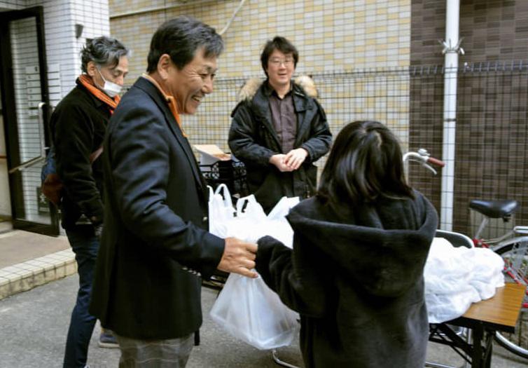 Một nhà hàng tại thành phố Osaka, Nhật Bản phát cơm trưa miễn phí cho trẻ em vào ngày 5/3. Ảnh: Kyodo.