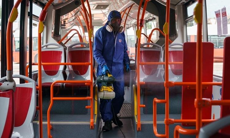 Công nhân phun khử trùng trên một chuyến xe buýt ở thành phố Burgos, miền bắc Tây Ban Nha hôm 18/3. Ảnh: AFP.