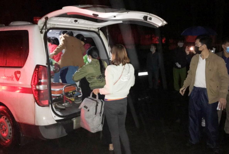 Nhà chức trách Hải Dương đưa 27 người dân thôn Tiên Sơn, xã Thanh Giang, huyện Thanh Miệnliên quan đến bệnh nhân thứ 73 bị nhiễm covid-19 đi cách ly y tế tập trung. Ảnh: CTV