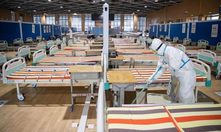 Nhân viên y tế lau dọn sàn nhà sau khi toàn bộ bệnh nhân nhiễm nCoV đã xuất viện tại một bệnh viện dã chiến ở Vũ Hán hôm 10/3. Ảnh: AFP.