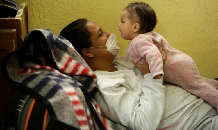 Một người di cư từ Brazil vào Mỹ bị trục xuất chơi đùa với con gái tại trại tị nạn Mục sưEl Buen ở Ciudad Juarez, Mexico, ngày 18/3. Ảnh: Reuters.