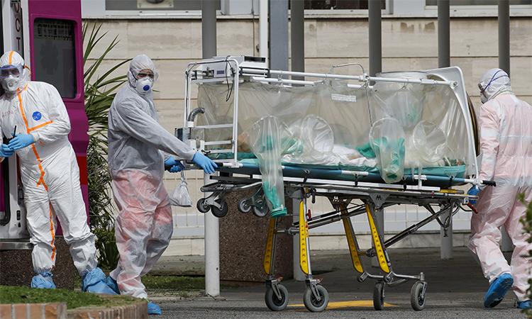 Nhân viên y tế chuyển bệnh nhân bằng cáng chuyên dụng vào bệnh viện Columbus Covid 2 tại Rome, Italy ngày 17/3. Ảnh: AP.