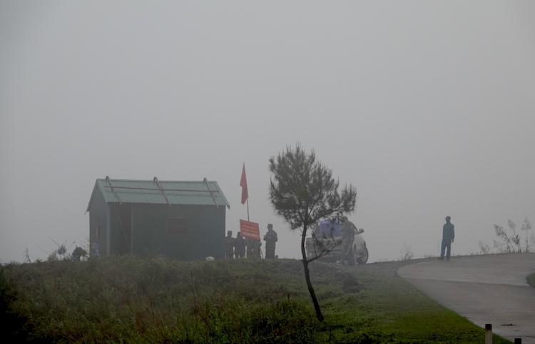 Nhà tạm tại mốc 1302 - chốt xa nhất của đồn Biên phòng Hoành Mô, Bình Liêu, Quảng Ninh khi cách đồn 30km, xung quanh không có nhà dân, không điện, không nước. Lều dã chiến dựng tại đây đầu tháng 2 đã bị gió thổi bay xuống vực 2 lần chỉ trong một tuần.