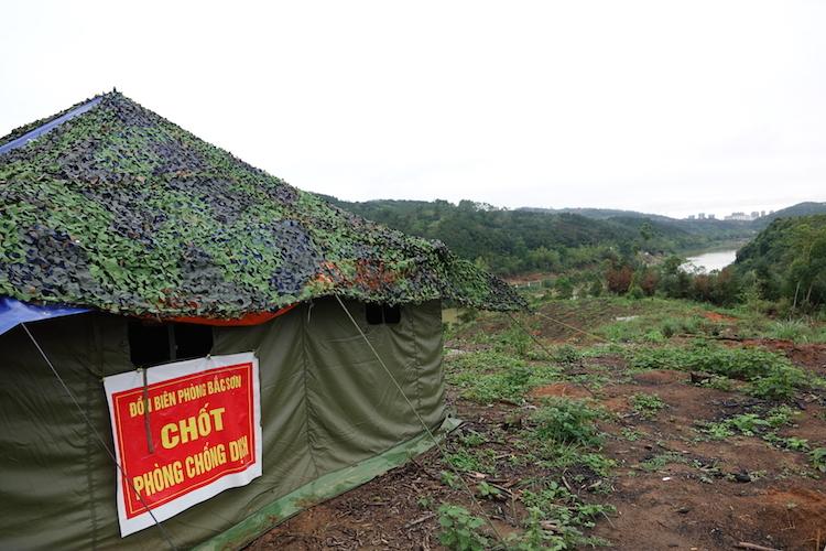 Chốt phòng dịch được đặt trên đỉnh một quả đồi, là điểm cao có thể quan sát được vài km dọc đường biên trên sông Ka Long.