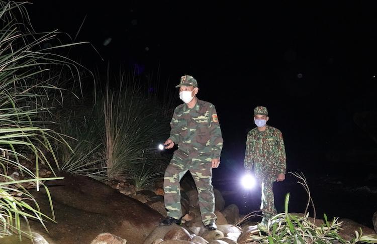 Bộ đội Biên phòng tuần tra, kiểm soát biên giới 24/24, ngăn chặn dịch xâm nhập từ biên giới trong hai tháng qua. Ảnh: Hoàng Thuỳ