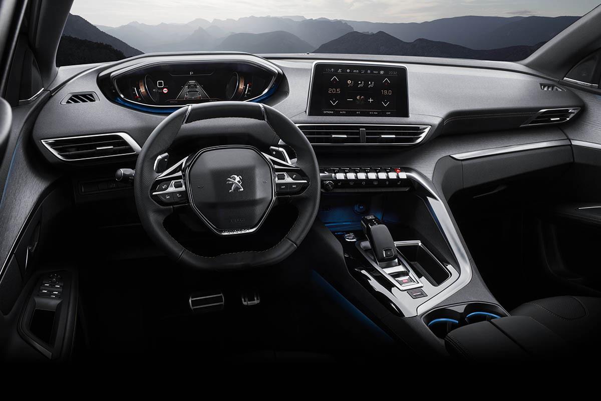 Khoang lái trên Peugeot 5008. Ảnh: Thaco