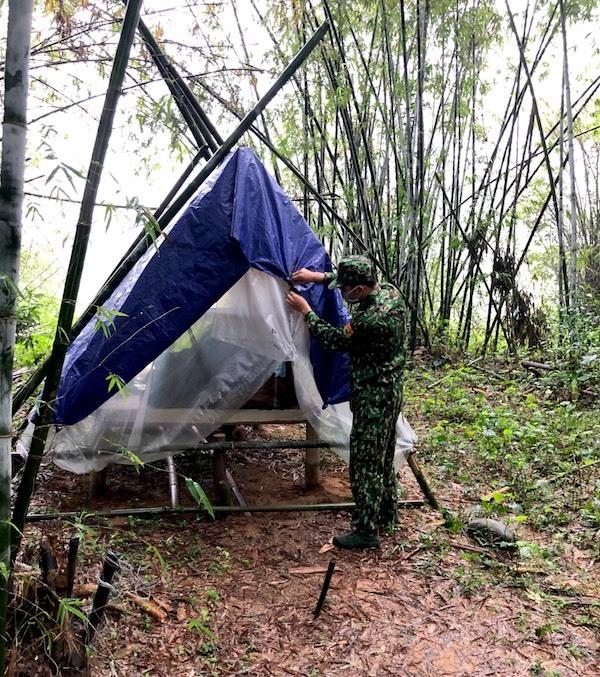 Khí hậu miền biên viễn khắc nghiệt với mưa dầm dề, gió thổi mạnh khiến lều bạt tốc mái, đường đi nhớp nháp. Sau mỗi cơn mưa, các chiến sĩ phải sửa sang lại lều cho chắc chắn.