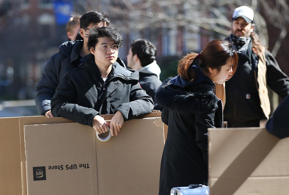 Sinh viên Đại học Boston, bang Massachusetts, thu dọn đồ đạc rời khỏi ký túc xá ngày 18/3. Ảnh: Nancy Lane/ Boston Herald.