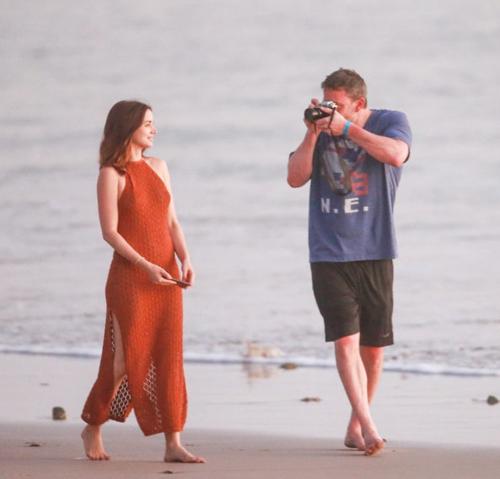 Cô nàng nhờ người yêu chụp ảnh khi dạo trên bãi biển.