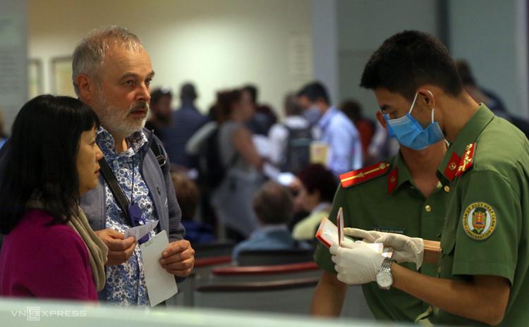 Khách nước ngoài làm thủ tục nhập cảnh Việt Nam tại sân bay Nội Bài, ngày 13/3. Ảnh: Giang Huy