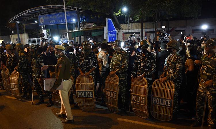 Cảnh sát Ấn Độ bên ngoài nhà tù Tihar, New Delhi rạng sáng 20/3,nơi thi hành án tử 4 kẻ hiếp dâm Nirbhaya. Ảnh: AFP.