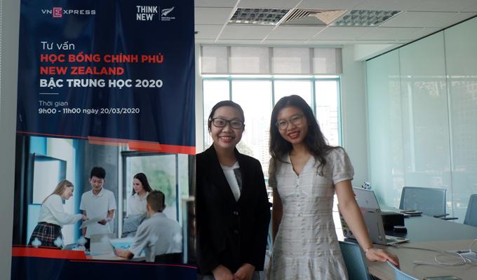 Từ trái qua: bà Bành Phạm Ngọc Vân, Giám đốc Thị trường Việt Nam, Cơ quan Giáo dục New Zealand và bà Ngô Thanh Tâm, Quản lý Chương trình, Cơ quan Giáo dục New Zealand tư vấn cho độc giả về Học bổng Chính phủ New Zealand bậc trung học 2020.