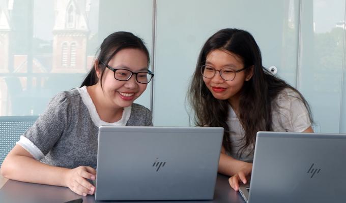 Bà Bành Phạm Ngọc Vân (trái) và bà Ngô Thanh Tâm (phải) trao đổi thông tin, giải đáp thắc mắc của độc giả về Học bổng Chính phủ New Zealand bậc trung học 2020.