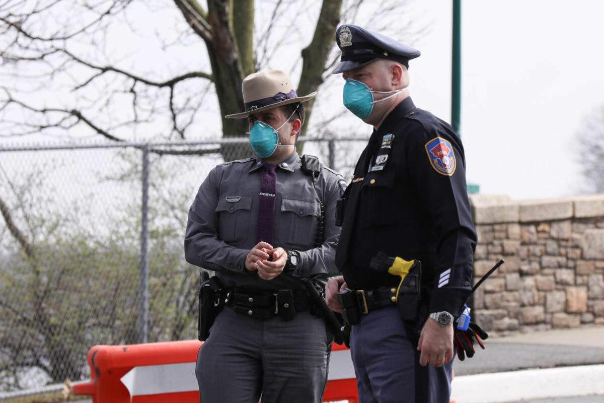 Cảnh sát bảo vệ trung tâm xét nghiệm virus corona di động dạng drive-thru đầu tiên tại bang New York. Ảnh: Reuters/Caitlin Ochs.
