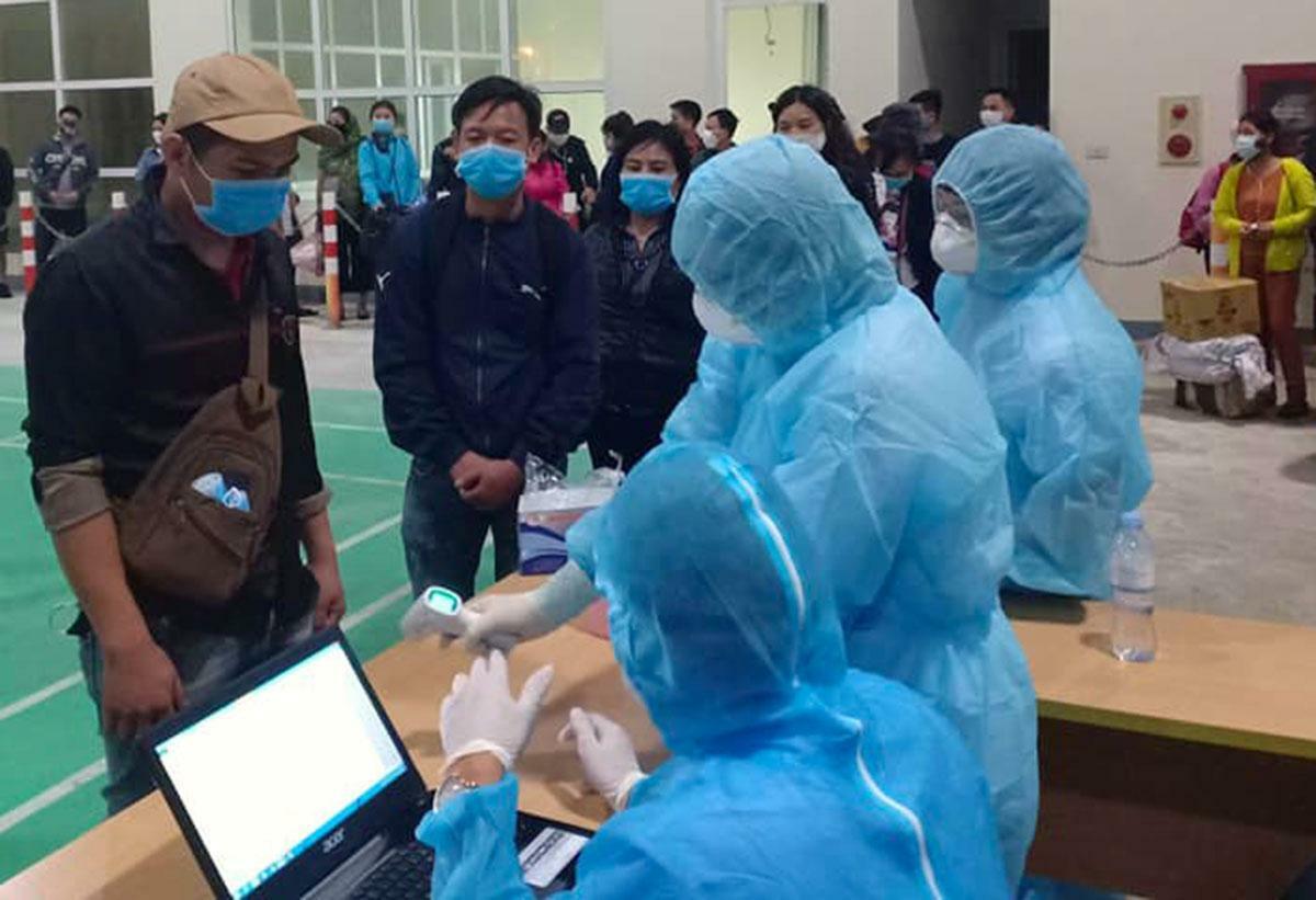 Lao động trở về từ Lào được kiểm tra sức khỏe tại Cửa khẩu quốc tế Cầu Treo hôm 20/3. Ảnh: Đ.H