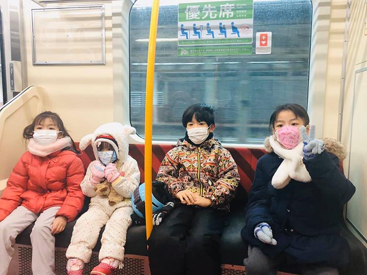 Con trai và con gái chị Giang (2 bé ở giữa) cùng các bạn đi chơi bằng tàu điện hồi cuối tháng hai. Ảnh: Nhân vật cung cấp
