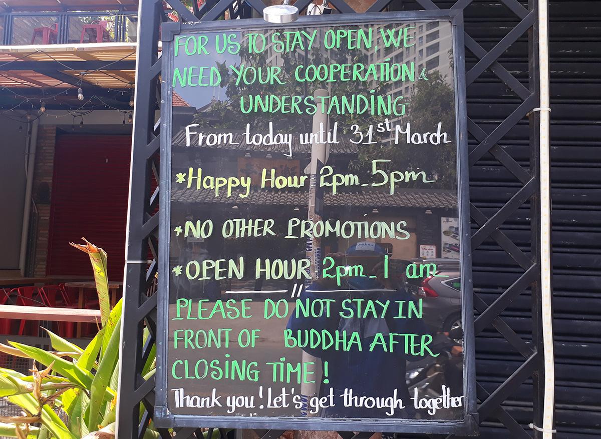 Bảng thông báo trước cửa quán Buddha, tạm dừng đón khách đến ngày 31/3. Ảnh: Hà An.
