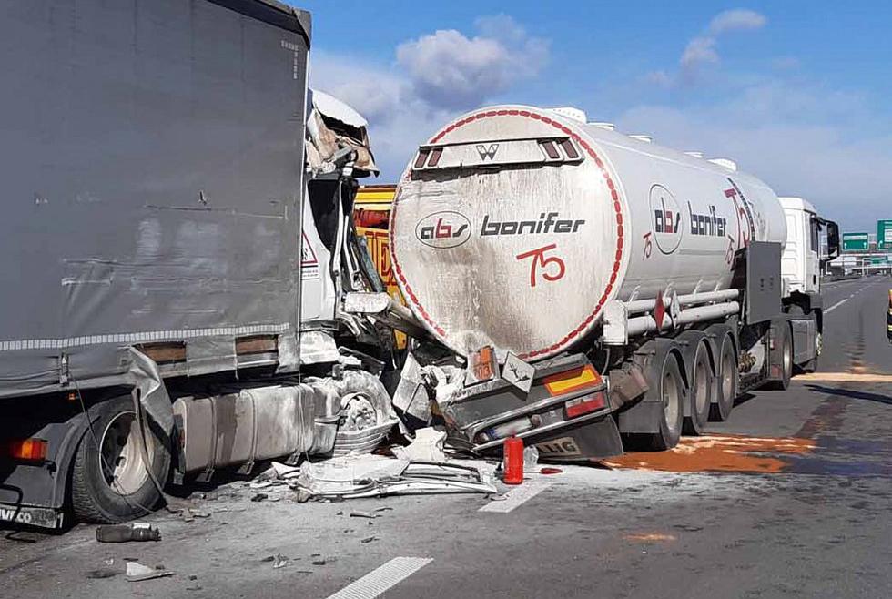 Bồn chứa nhiên liệu bị lõm sau cú đâm. Ảnh: Czech Police
