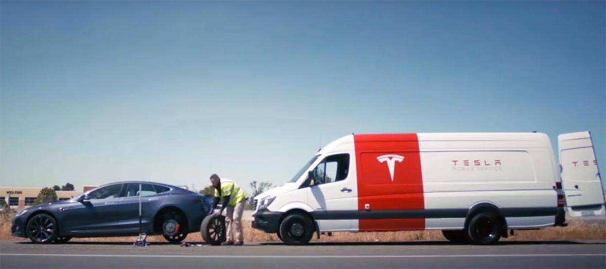 Một xe Tesla bị hỏng giữa đường được sửa chữa qua dịch vụ lưu động của hãng. Ảnh: Electrek