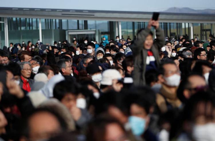 Người dân Nhật Bản chen chúc xem lễ rước ngọn đuốc Olympic tại khutưởng niệm sóng thần Ishinomaki Minamihama ở Ishinomaki, tỉnh Miyagi hôm 20/3. Ảnh: Reuters