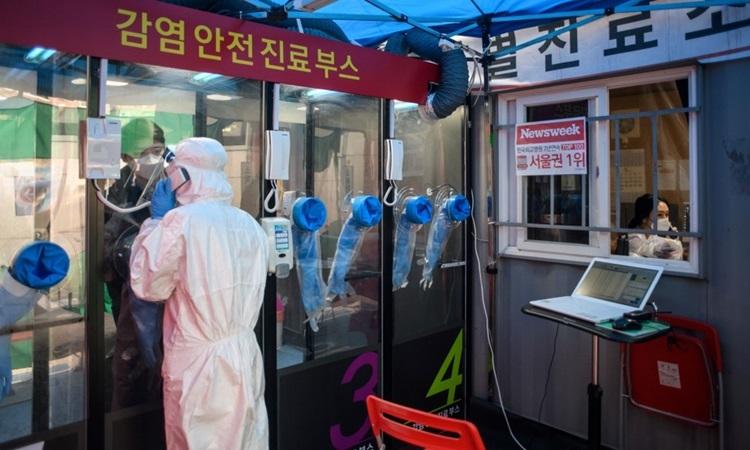 Một buồng xét nghiệm nCoV bên ngoài bệnh viện Yangji ở Seoul hôm 17/3. Ảnh: AFP.
