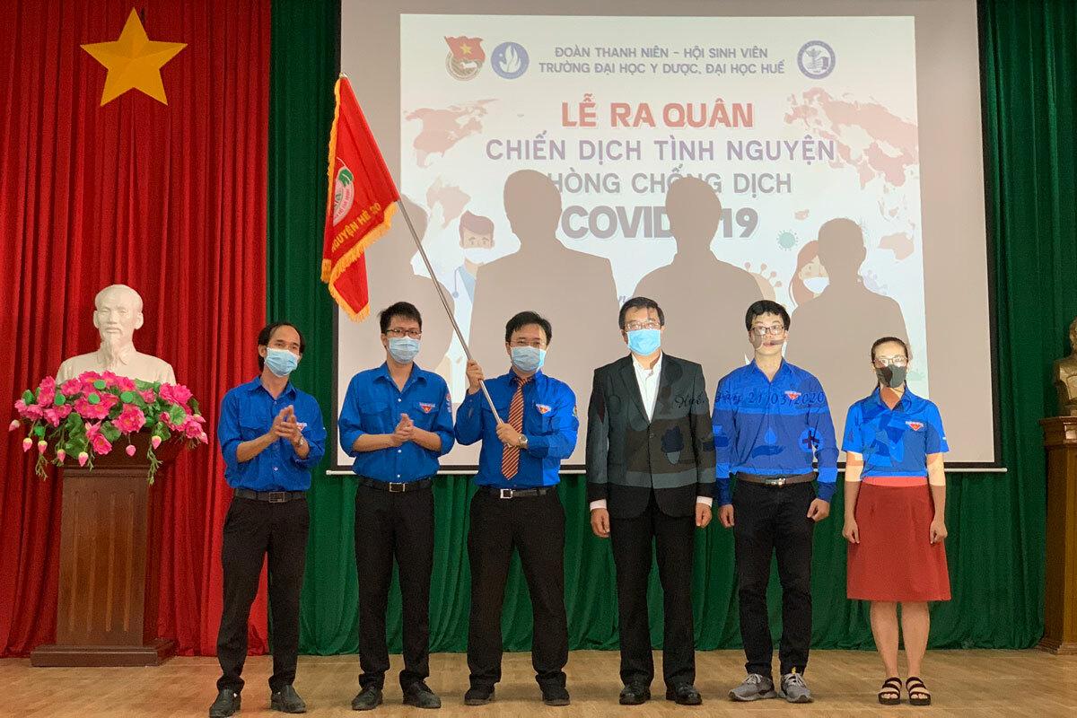 Sinh viên Trường Đại học Y dược Huế phất cờ trong lễ ra quân tình nguyện. Ảnh: Đăng Thảo