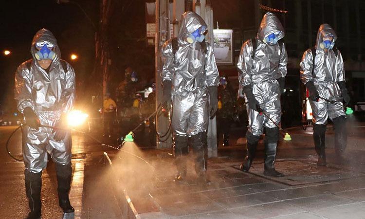 Quân đội Thái Lan khử trùng đường phố Bangkok hôm 21/3. Ảnh: AFP.